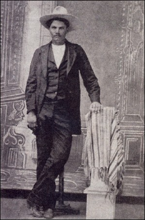 Il a passé sa vie poursuivi. Dès 9 ans, il s'est joint aux Confédérés. Renommé pour ses 2 pistolets attachés à la poitrine pour dégainer plus vite. À 15 ans, déjà un mort sur la conscience. Capturé, il s'échappait avec le fusil de ses ravisseurs.Il gagna de nombreux duels contre des Mexicains, des Indiens, des hommes de loi, des joueurs de poker et des noirs et il finit 4 balles dans le dos.