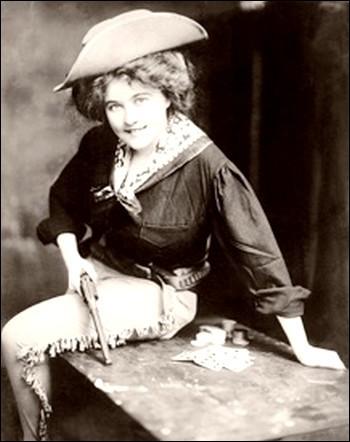 À 10 ans elle dansait dans les bars et à 14, elle dansait et tirait adroitement du fusil.Même si c'est surtout grâce aux cartes qu'elle fit sa renommée, elle pouvait tout faire dans un saloon avec son maniement habile des armes, ses danses et ses déguisements.