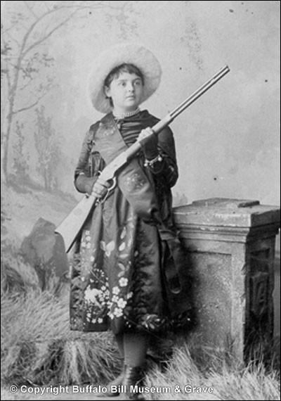 Un parcours similaire à celui d'Annie Oakley : c'est donc son adresse au tir qui l'a fit remarquer à l'âge de 7 ans. À 10, elle participait déjà à des concours et à 15, elle suivait le cirque de Buffalo Bill.Oakley et Smith s'exécutèrent alors devant la reine Victoria en 1887.