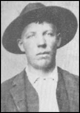 """Il grandit les armes à la main. Pendant la guerre, il entre dans les """"Bushwackers''. En 1863, il participe au massacre de Lawrence, les Confédérés tuent 150 personnes.C'est l'amant de Belle Starr, la célèbre hors-la-loi . Allié des James, un train leur rapporte 22,000$. Après une banque, ils sont poursuivis par cent justiciers : atteint de 11 balles, il survit à la prison et écrit ses mémoires."""