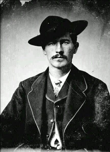 L'homme de loi le plus légendaire.Un célèbre affrontement eut lieu en 1881 à O.K Corral entre lui avec ses frères Morgan, Virgil et leur ami Doc Holliday contre des bandits.Trois bandits ont été tués et à part lui, tous ont été blessés. À leur tour, les bandits ont riposté, tuant Morgan.Avec Holliday, il a monté une équipe de tireurs pour aller tuer d'autres pauvres victimes.
