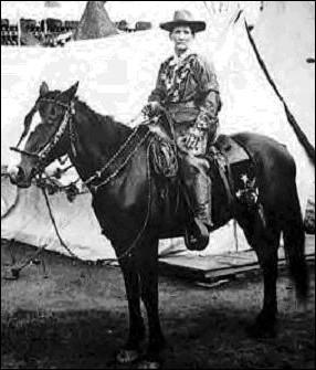 Elle apprend tôt à monter à cheval, même à dresser les plus têtus. 1868, elle rejoint le général Custer en qualité de scout (éclaireur). Elle se bat contre les Amérindiens et porte des habits d'hommes et est très habile au tir. Pendant une bataille contre les Amérindiens, elle sauve la vie de son capitaine. Elle va sérieusement s'amouracher du beau Wild Bill Hickok.
