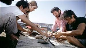"""Dans le film """"Les Aventuriers"""" réalisé par Robert Enrico, quel acteur incarne Roland, celui qui cherche un trésor avec Alain Delon ?"""