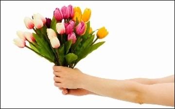 Maxime _____ un bouquet de fleurs à Lydia.
