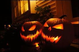 Que mettons-nous traditionnellement dans une citrouille évidée d'Halloween pour qu'elle s'illumine ?