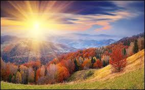 En automne il y a parfois une période de temps ensoleillé et doux après les premières gelées. En Europe, cela s'appelle ...