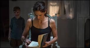 """Quelle actrice américaine incarne Maria, la mère qui tente de communiquer avec son fils décédé dans le film """"The Door"""" ?"""