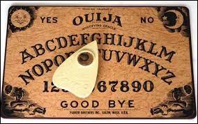 """Dans le film """"Ouija : Les origines"""", quel était le métier de l'esprit psychopathe qui a possédé Doris ?"""