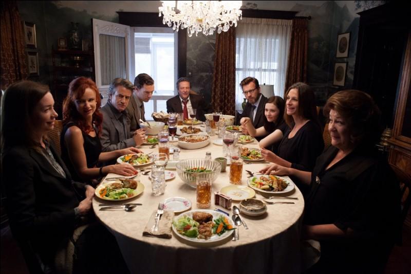Pénible, très pénible dîner en famille, famille gangrenée par les secrets, famille menée par l'hystérique maîtresse de maison, jouée par Meryl Streep. Quel est ce film?