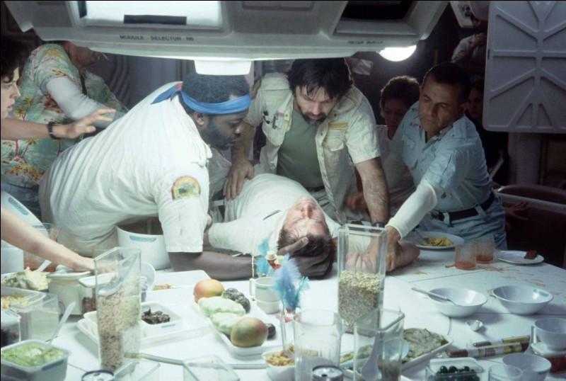 Autre dîner terrible que celui-ci, lorsqu'un des convives se sent très, très mal. Ce qui va lui arriver sur la table du dîner est une abomination. Quel est ce film?