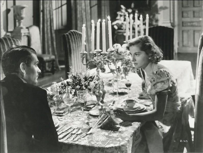 Dans ce grand classique, réalisé par Alfred Hitchcock, les dîners ne sont guère joyeux non plus, la faute à une domesticité étrange, à une maîtresse de maison mal à l'aise et à un châtelain cachant un lourd secret. Quel est ce film?