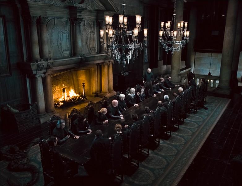 L'ambiance est sinistre, à couper au couteau, même l'arrogant Lucius Malefoy n'en mène pas large. Ce dîner se passe pour tous en enfer, présidé par Voldemort. Quel est ce film?
