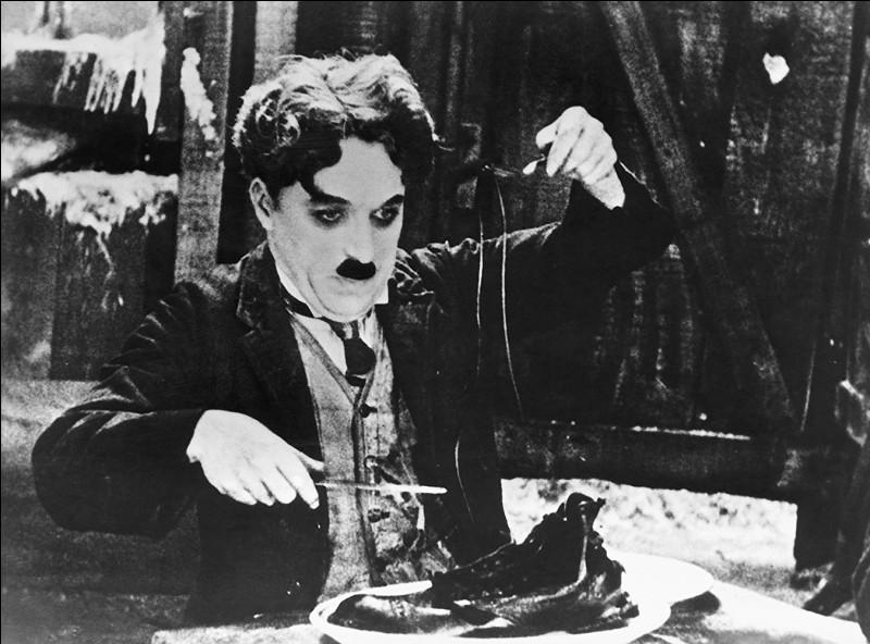 Terrible dîner que celui-ci. Charlot en est amené à déguster avec grâce ses lacets et ses chaussures. Ce fameux film, datant de 1925, est?