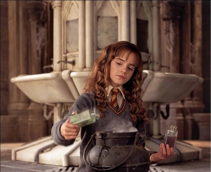 Hermione est concentrée dans la fabrication d'une potion. Quel est l'animal qui se cache ?