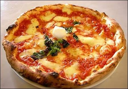 La pizza Margherita comporte de la tomate, du basilic et :