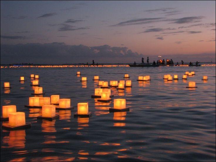 Que font les familles japonaises pour clôturer la fête des morts ?