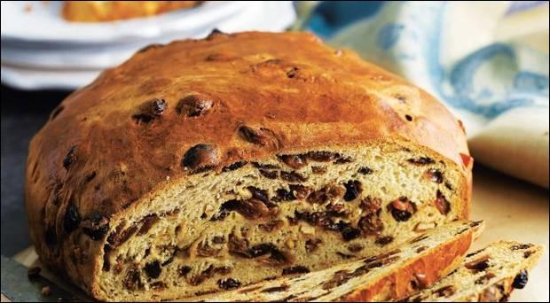 En Irlande, il existe des petits pains aux fruits confits dans lesquels sont cachés des objets significatifs. Quel est le nom de cette spécialité ?