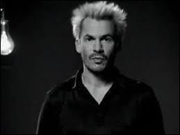 """Que fait Florent Pagny dans le clip vidéo de sa chanson """"Savoir aimer"""" ?"""