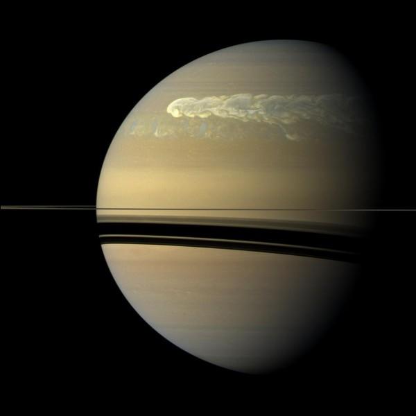 Sélectionne la réponse correspondant à ce qui apparaît autour de Saturne.