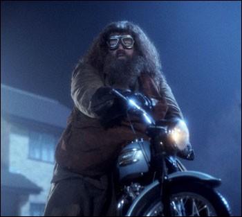 À qui est la moto avec laquelle Hagrid amène Harry chez les Dursley ?