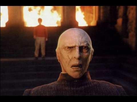 Qui est le prof qui cache Lord Voldemort derrière son visage ?