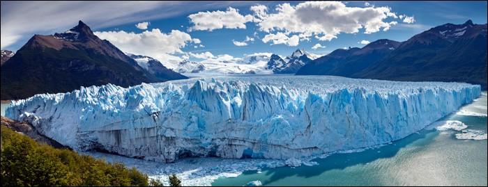 """T - Le détroit de Magellan sépare l'archipel de la """"Terre de Feu"""" de l'Amérique du Sud."""