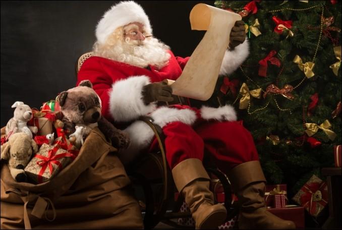 """L - Chaque année, le père Noël reçoit les lettres des enfants à """"Libourne"""", en France."""