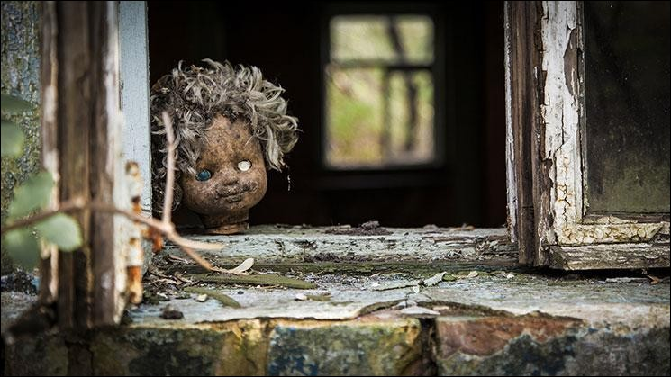 Bloqués par un gros orage pendant une rando, tes amis et toi êtes obligés de trouver refuge dans une maison abandonnée pour la nuit…