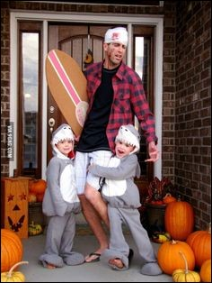 Un père surfeur qui se fait attaquer par ses enfants :