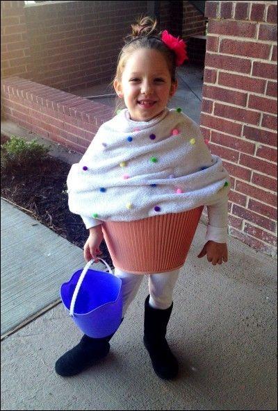 Une petite fille déguisée en :