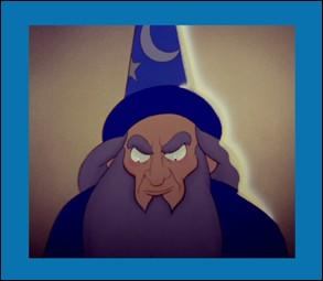 Ce personnage est un sorcier. Avec son chapeau magique sur la tête, Mickey a causé quelques dégâts avec ses seaux d'eau sur une musique symphonique. Soit dit en passant, son nom inversé, c'est celui du patron des studios :