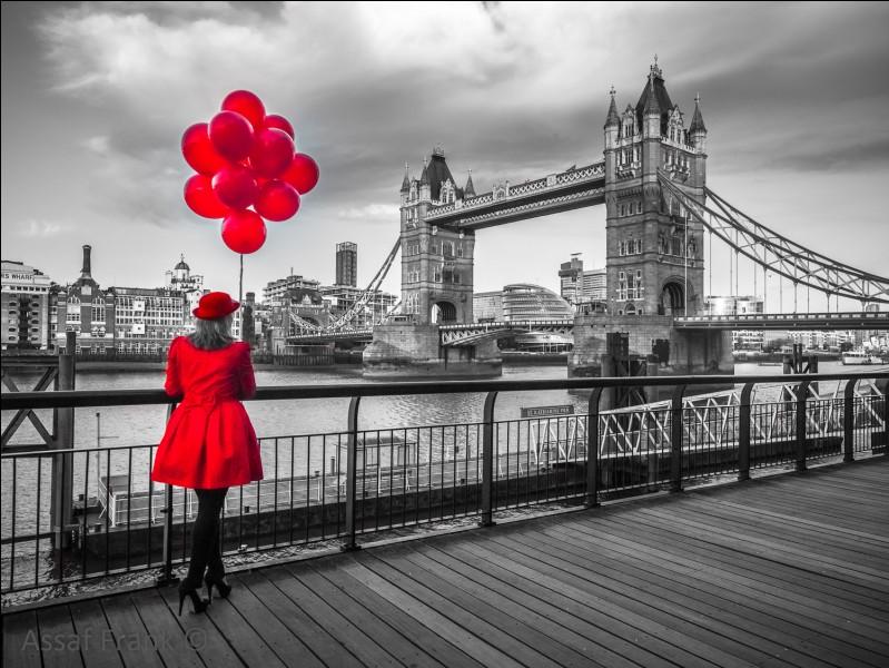 Cette jolie carte postale que je viens de recevoir représente Tower Bridge, je vous laisse deviner ce qu'on m'écrit :