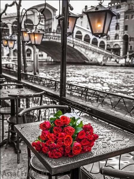 """Sur cette carte-là, je lis """"Souvenir de Venise"""", mais je me demande quel pont est représenté :"""