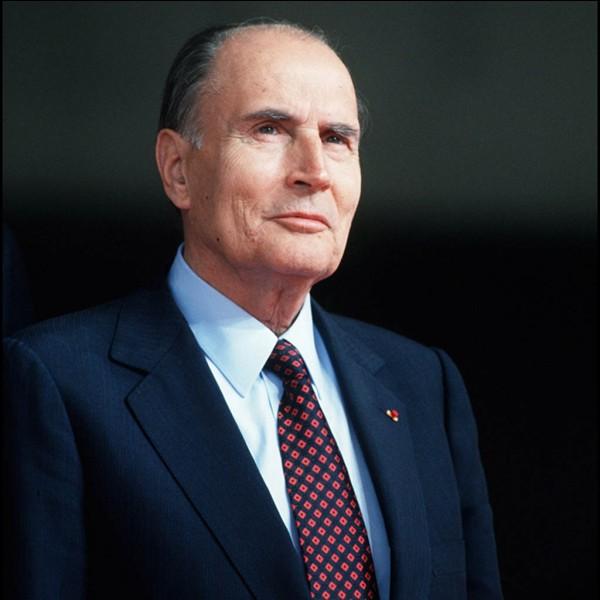 Président de la cinquième République, il a effectué le plus long mandat de l'histoire (13 ans, 11 mois et 26 jours). Il est décédé seulement 8 mois après la fin de son mandat d'un cancer de la prostate. Qui est-ce ?