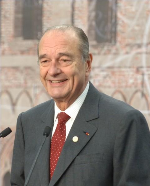 Président de la cinquième République, il est le seul président à avoir effectué un septennat puis un quinquennat. Qui est-ce ?