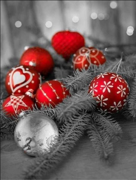 Avant 1858, les boules de Noël n'existaient pas, mais en Moselle on employait des fruits pour décorer les sapins. Lesquels ?