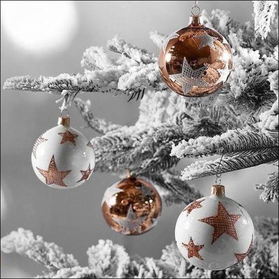 En 1858, suite à la grande sécheresse qui priva les Vosges et la Moselle de fruits, en quoi un artisan eut-il l'idée de fabriquer les boules de Noël pour décorer les sapins ?