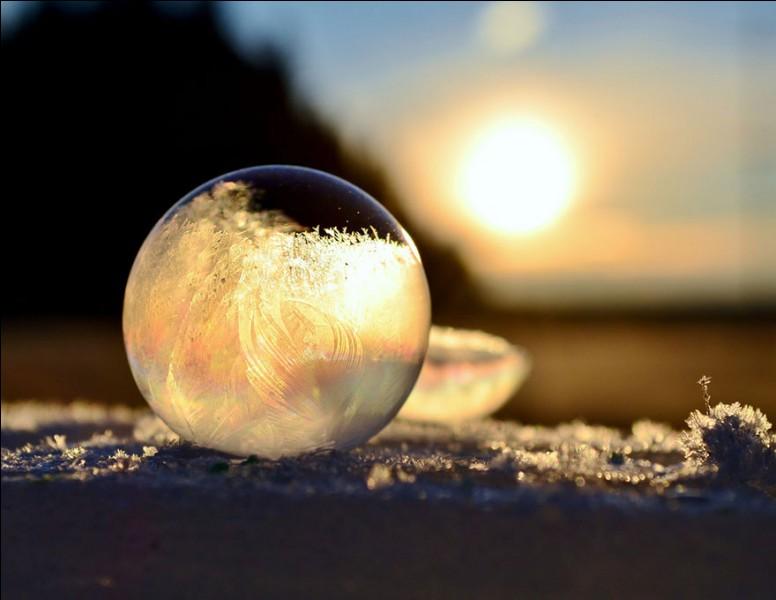 Quel est le nom de l'art divinatoire par la boule de cristal ?
