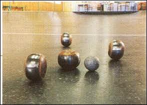 Quel est ce jeu traditionnel du pays de la Loire, nécessitant des boules de 13 cm de diamètre légèrement aplaties de chaque côté ?