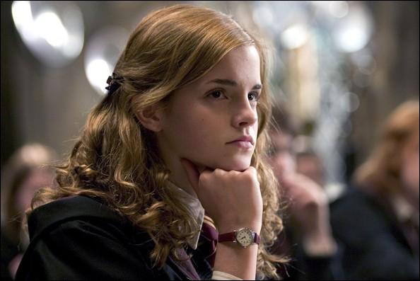 Durant le cours de défense contre les forces du Mal, le professeur Maugrey fait voir les Sortilèges Impardonnables. Lequel de ces sortilèges, le professeur exécute-t-il sur une araignée juste devant Hermione ?