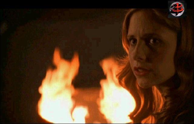 """''Marcher dans les flammes'' : Qui chante ces paroles : """"Il me consume, le flambeau que je porte / Elle s'en fiche que je m'en sorte / Qu'elle brûle, j'en rêve'' ?J'suis libre si Buffy crève..."""