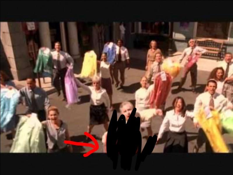 ''Moutarde'' : De quelle couleur est la chemise que tient l'homme qui chante ''plus de sauce et plus de moutarde'' ?