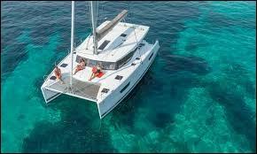 Comment appelle-t-on un bateau à deux coques ?
