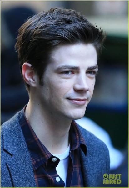 """Il est connu pour avoir joué le rôle de """"Barry Allen/Flash"""" dans la série Flash :"""