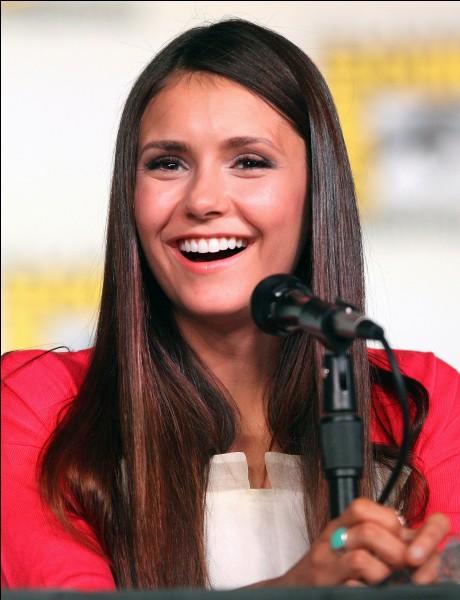 """Elle est connue pour avoir joué le rôle de """"Elena Gilbert/Katherine Pierce"""" dans la série Vampire Diaries :"""