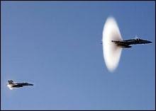 Le mûr du son atteint une vitesse au moins égale à celle de la vitesse du son, dans l'air, soit 340 mètres par secondes, soit une vitesse de ...