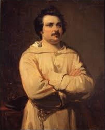 Toile datant de 1836, ''Portrait d'Honoré de Balzac'' est l'œuvre d'un peintre, graveur, lithographe et illustrateur de mouvement romantisme, le représentant dans sa célèbre robe de chambre, qui ressemble à une robe de bure. Quel peintre a immortalisé ce grand écrivain ?