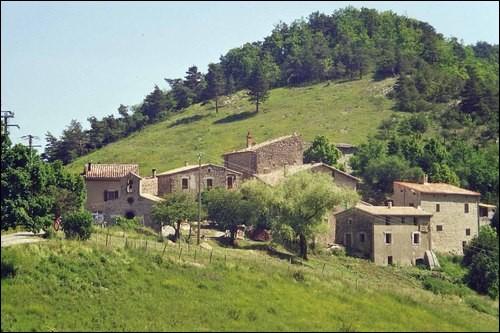 Il existe un petit village du nom de Rochefourchat qui est une commune française, située dans le département de la Drôme en région Auvergne-Rhône-Alpes. Pourquoi est-il connu ?