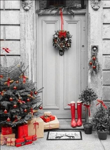Pour les fêtes, on a tout prévu ! Qu'est-ce qui est accroché à la porte ?