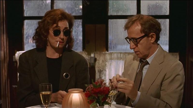 Anjelica Huston apprend ici à jouer au poker, elle est un as de ce jeu depuis l'université, dans le film Meurtre mystérieux à Manhattan. Quelle est sa profession ?